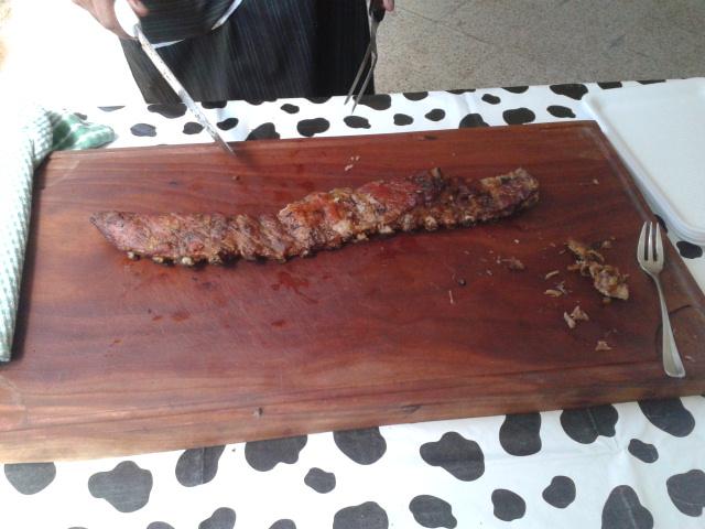 Ofrecen distintos tipos de cortes, carnes, chorizos y ensaladas.